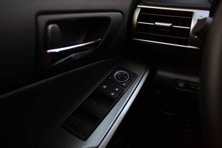 Lexus IS 200t - фотогалерея