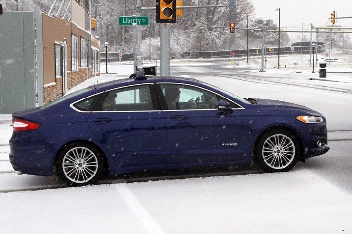 Форд тестирует беспилотные автомобили в снегу