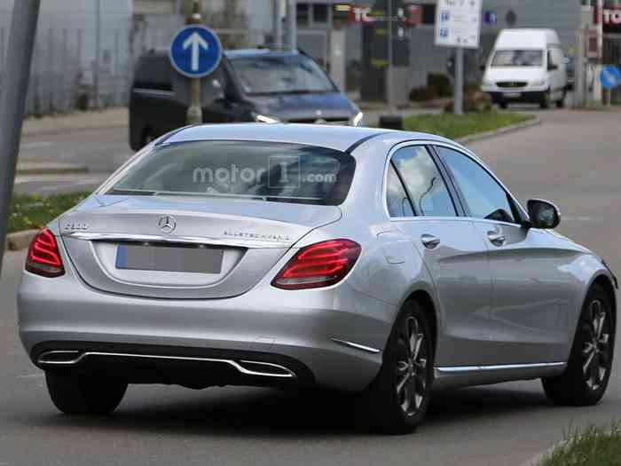 Mercedes-Benz тестирует обновленный седан С-класса