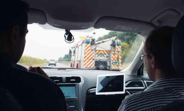 Ford представил технологию, оповещающую водителей о приближении машин спецслужб