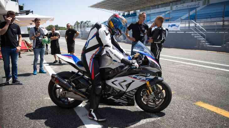 BMW устроила гоночный дебют супербайка