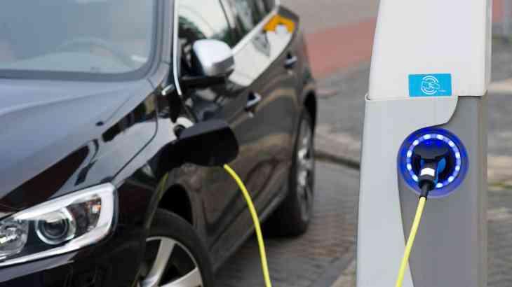 Владельцев ТЦ могут обязать устанавливать электрозаправки